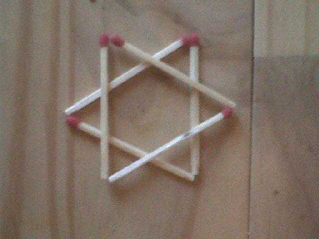 comment faire 6 triangles equilateraux avec 6 allumettes